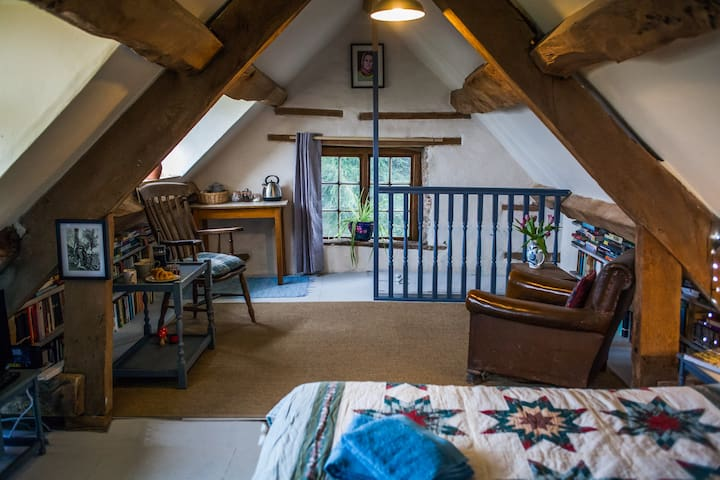 Quirky attic studio near Hay-on-Wye