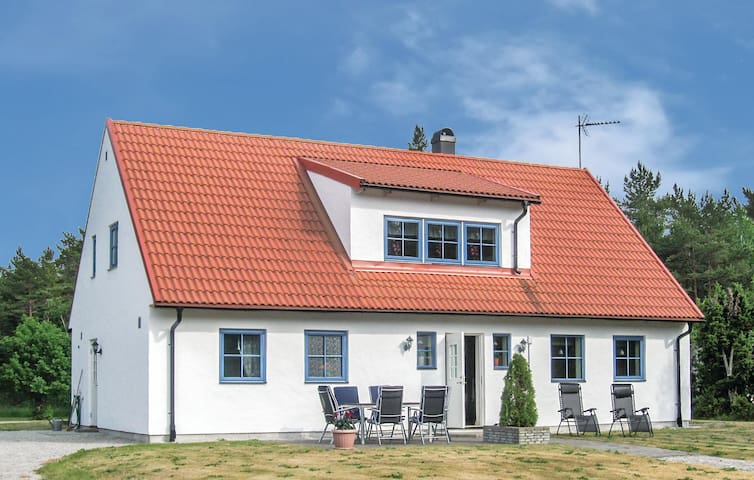Holiday cottage with 4 bedrooms on 155m² in Lärbro