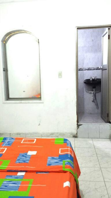Ducha, inodoro y lavamanos en un mismo lugar.