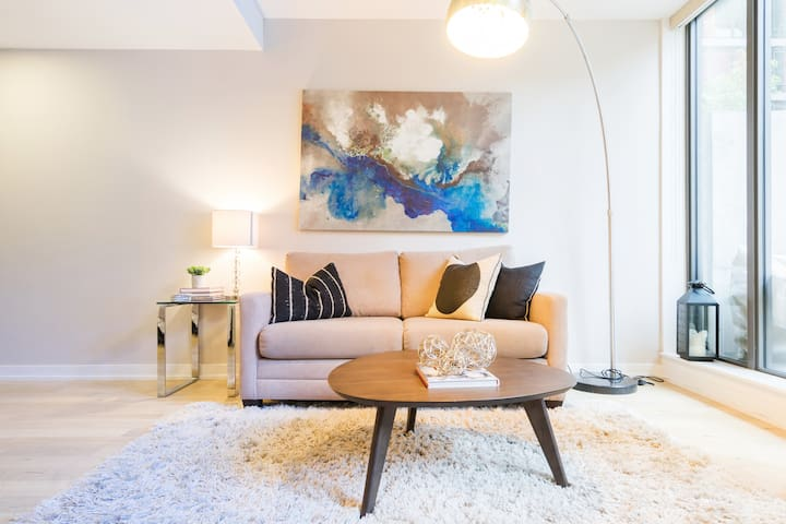 Stay in a Hip, Modern Loft in Trendy King West