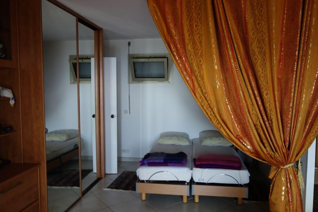 bel espace sommeil, pour couple (lits accolés), ou en solo.