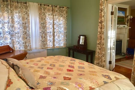 Historic Beverly, private room & bath, living room - Beverly - Maison