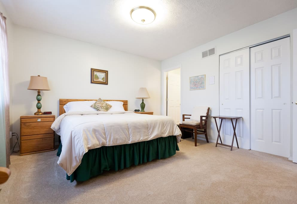 Roomy with queen-size TempurPedic bed, new carpet, ensuite bathroom