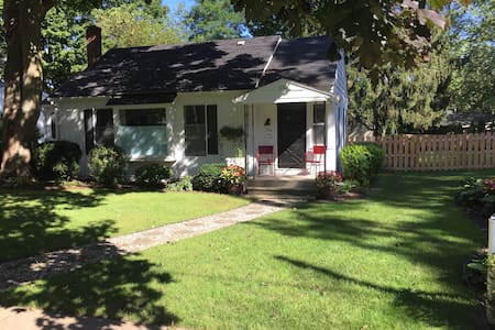 Dog friendly, fenced yard, 2 blocks to downtown