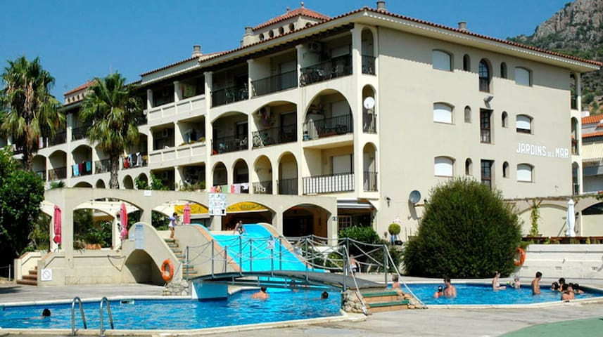Apartment with pool 450m from the beach