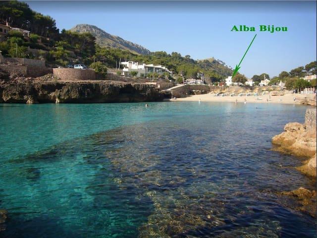 Alba Bijou Petit. 1 minut walking the beach
