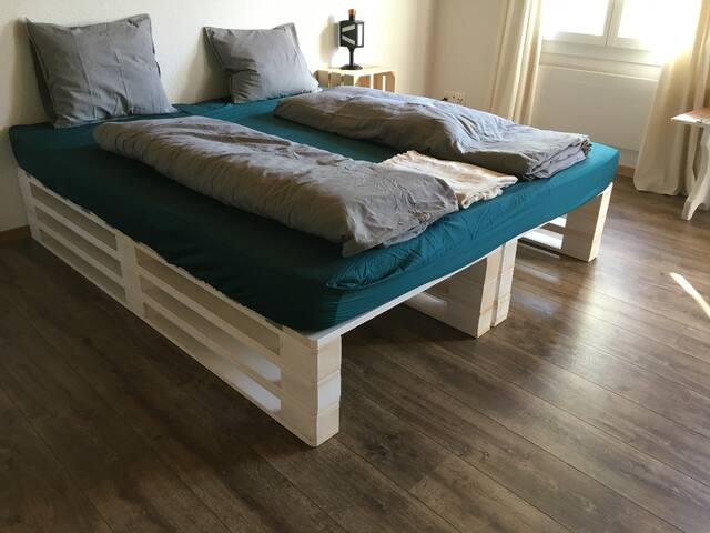 Zusätzliches Doppelbett im Wohnzimmer