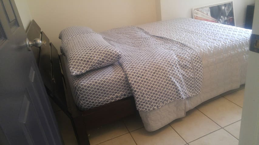 Comfortable Quiet Queen Room on Baldwin-Kensington