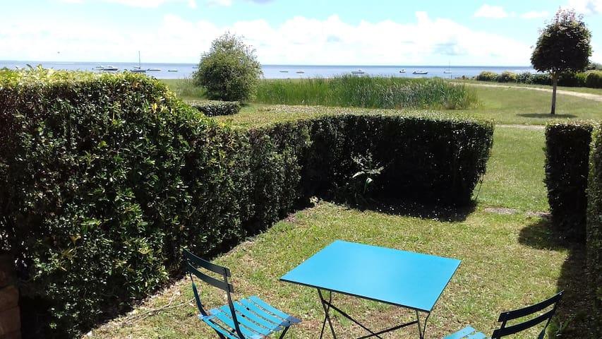Rez de jardin face à la mer à 50m, accès direct.