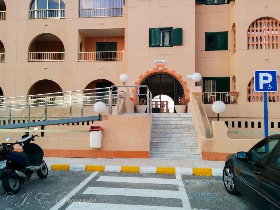 Entrada al edificio con rampa de acceso.