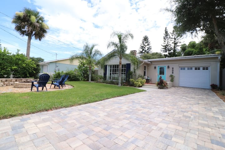"""Isle Be Back"" Cottage w/ fabulous outdoor space-Walk to Flagler & Beach, Slps 6"