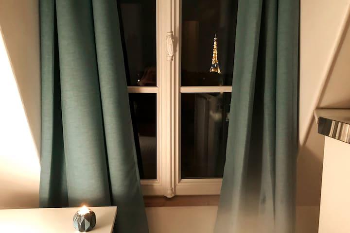 Chambre bleue avec vue sur Tour Eiffel