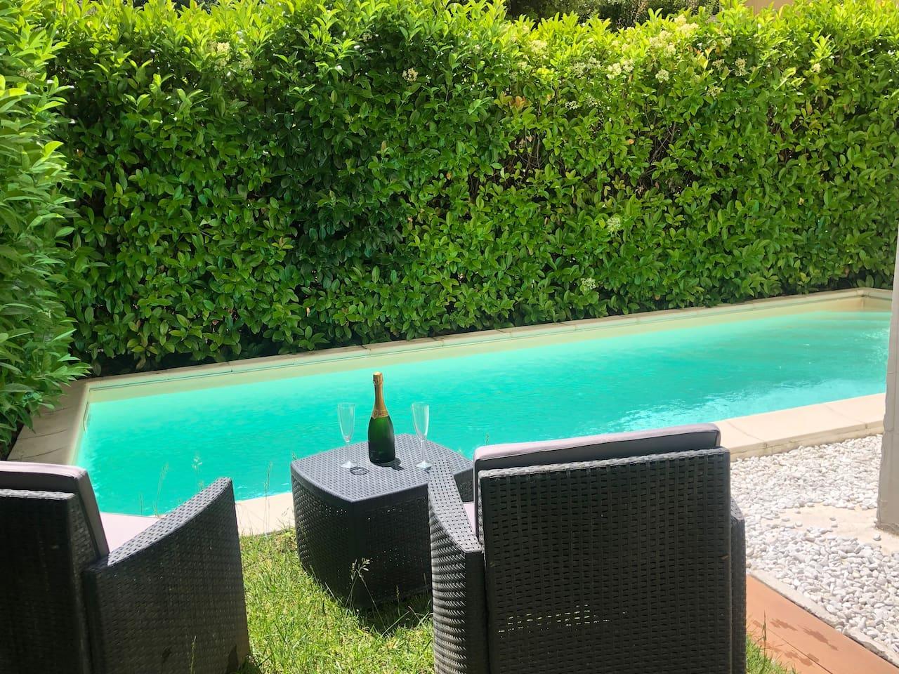 Piscina e Giardino con prosecco di benvenuto / Swimming pool and garden with welcome prosecco