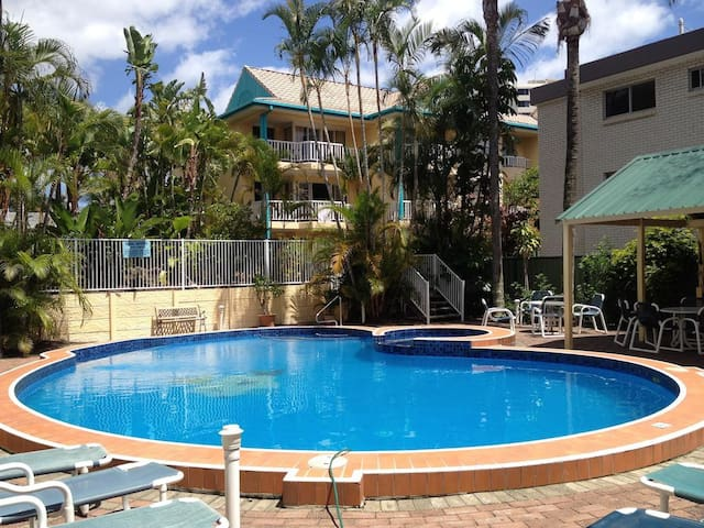 Central to Surfers and Broadbeach Modern Apt - Surfers Paradise - Apartment