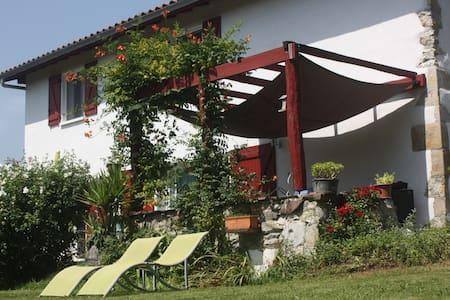 Au Pays Basque, calme et nature - Louhossoa - Hus