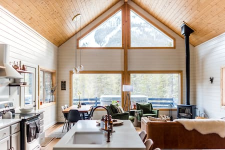 Soak up mountains from bright cozy Alpenglow Cabin