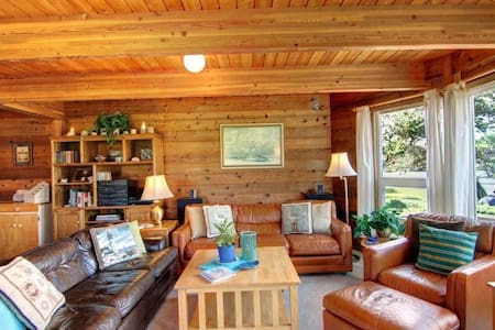 Fernwood Beach House - Family Friendly and Close to the Beach!