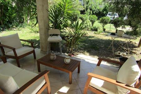 Appartement RDC d'une villa avec jardin privatif.