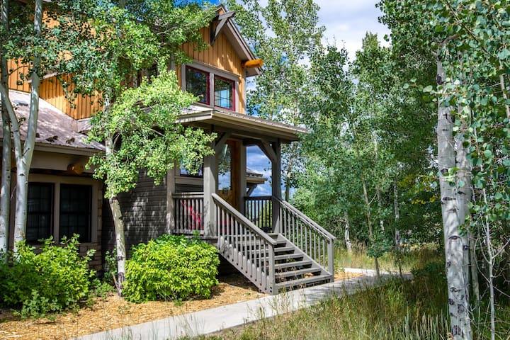Beautiful Spacious 2 Bedroom & Loft Mountain Condo