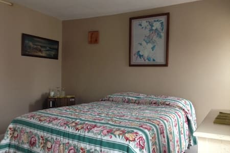 THE SEA SHELL small guest house room on the beach