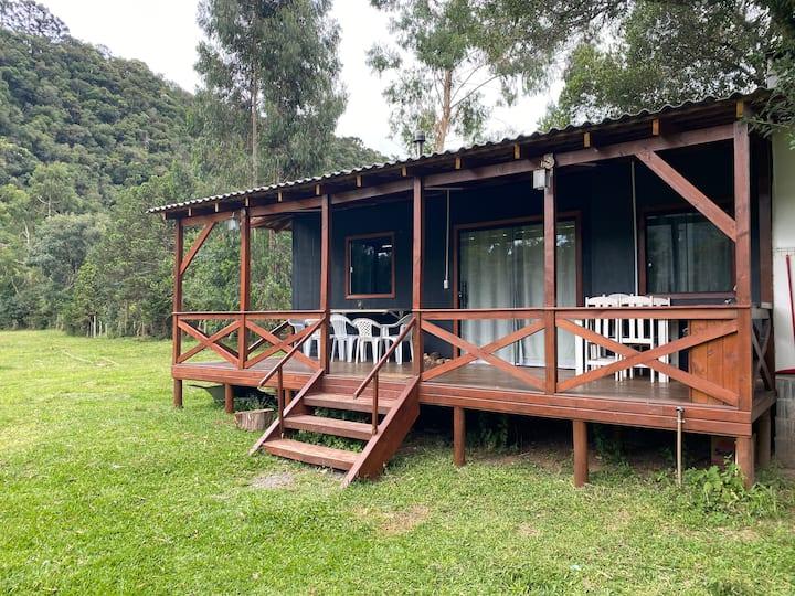 Linda cabana com hidro dupla e amplo jardim