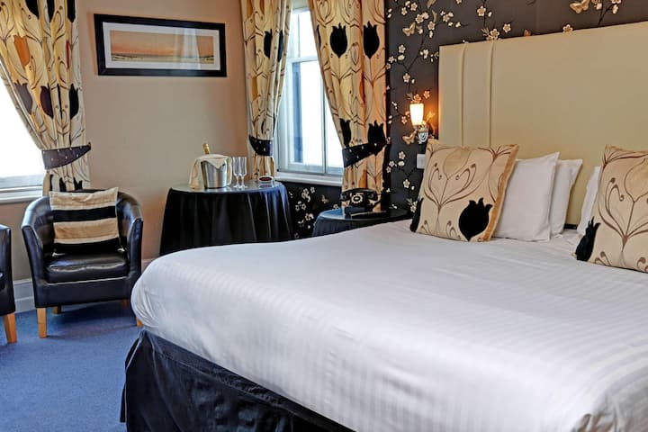 Essential and Business Travel Only: Cozy Suite Double Bed Non Smoking At Cowes