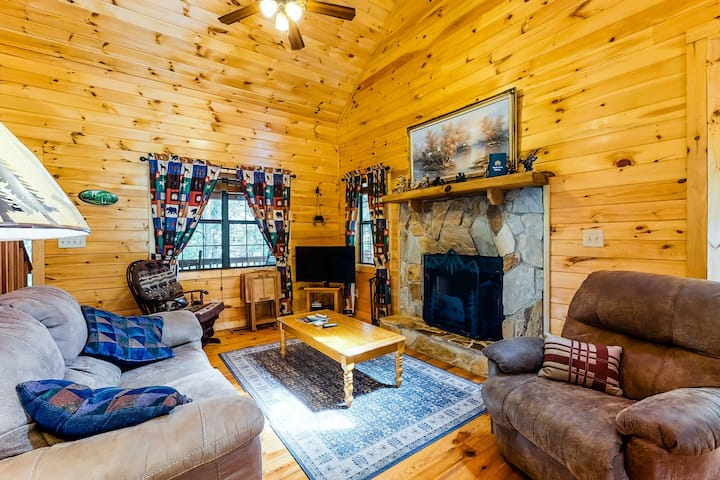 Dog-friendly log cabin w/ pool table, darts, private hot tub, & fireplace!