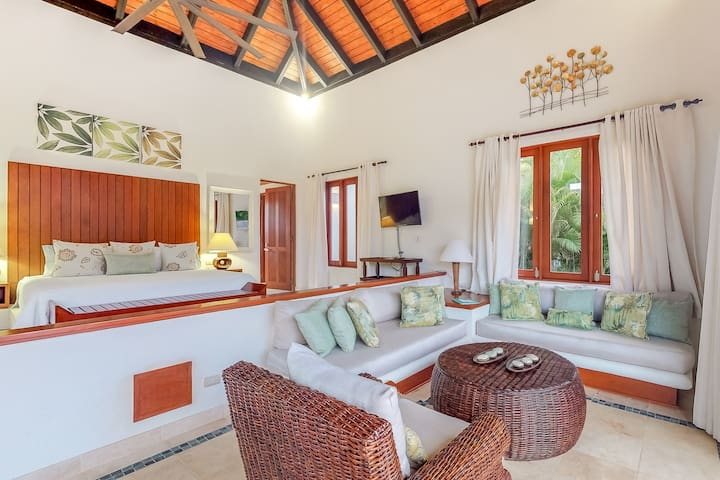 Airy bungalow with private plunge pool & garden - close to beach, dog OK!