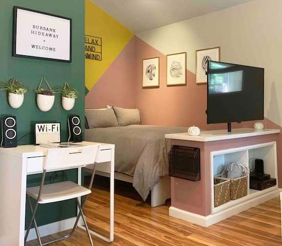 Burbank Hideaway (private backyard & pet friendly)