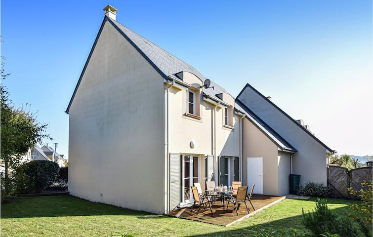 Beautiful home in Port-en-Bessin with WiFi and 4 Bedrooms