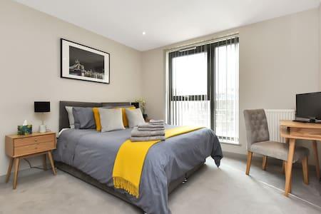 Esquire Balcony Apartment, Ealing