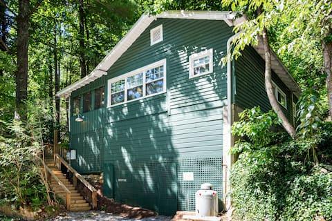 The Tree House Cottage, Vintage Mountain Retreat