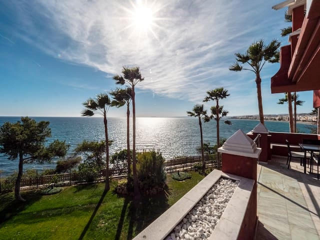 BEACH front condo, wifi, parking, walk to Estepona