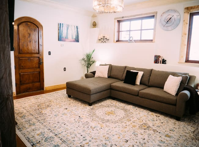 Beautiful Bright and Secluded 2 Bedroom Apartment