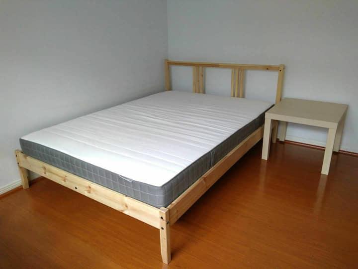 B. 双人床2. 中国城。 说中文