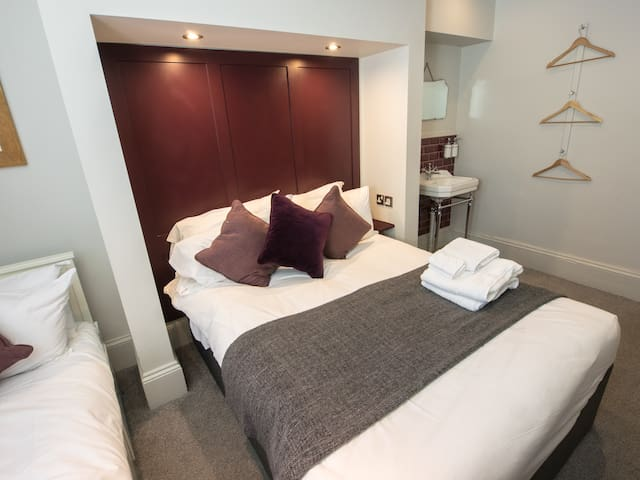 Triple Room  with shared bathroom at Regency House