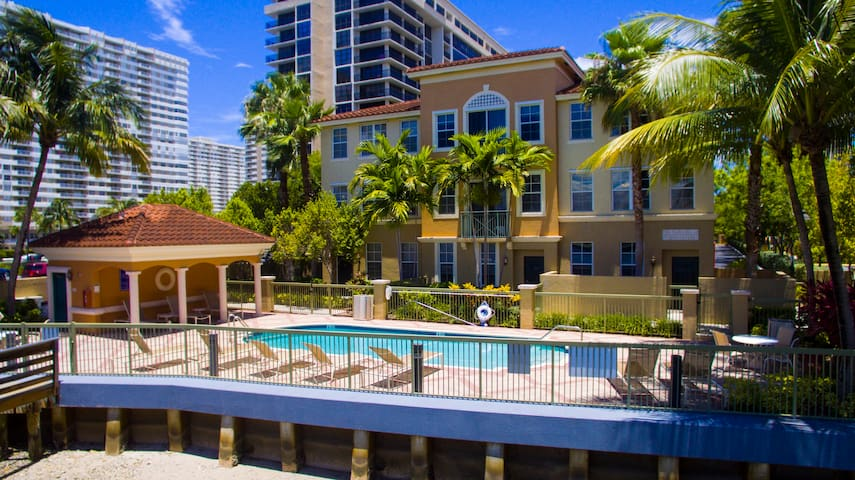 Amazing Town Home Getaway VIEW NOW - Hallandale Beach - Stadswoning
