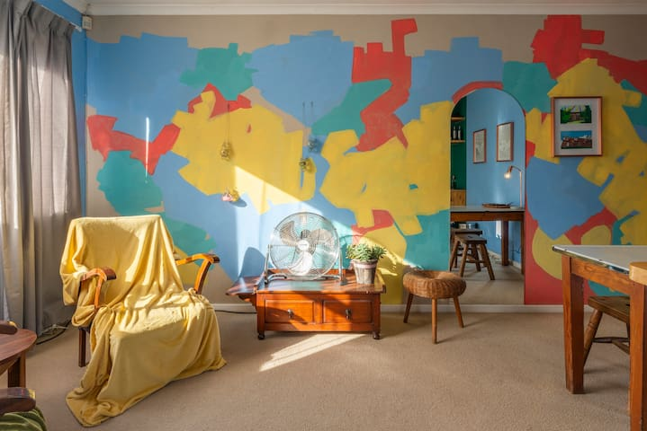 Sunny Artist Apartment in peaceful Stellies suburb