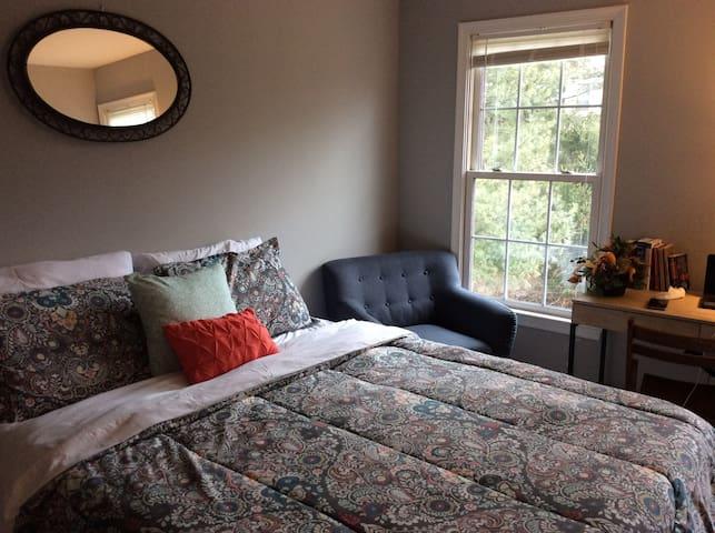 Quiet Private Room w/breakfast - Laurel