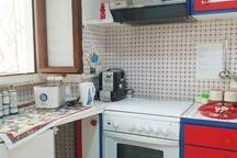 Cucina pronta per gli ospiti. Tostapane, bollitore elettrico, macchina per caffè con cialde, barattoli con sale grosso, caffè, caffè solubile, sale fino, zucchero,   the, camomilla sono sempre a disposizione degli ospiti.