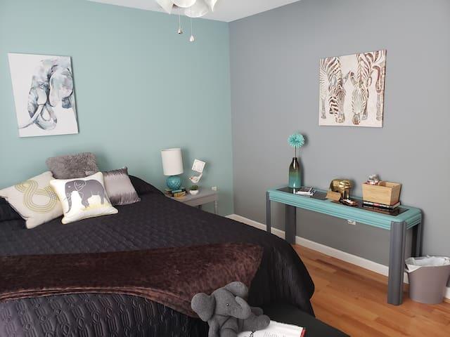 Elephant room, queen bed