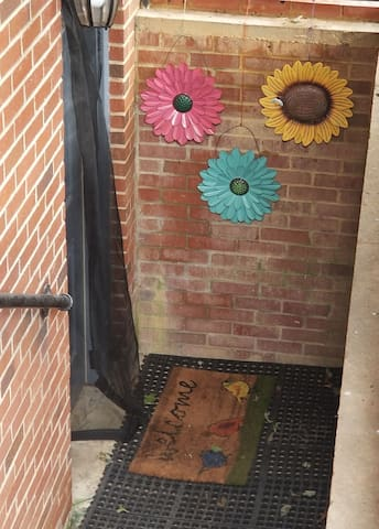 Bright Basement Apt on Busline 3 Miles from UNC!