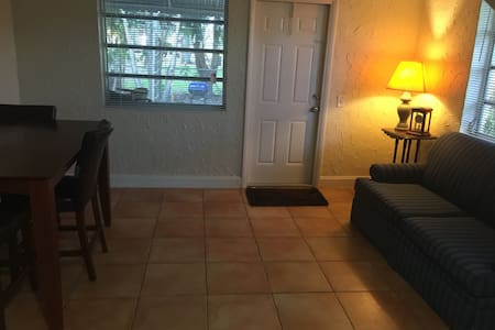Sharing is better - Hallandale Beach - House