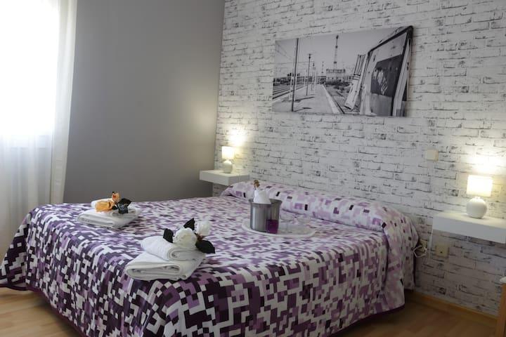 """Habitación """"Ferrocarril"""" con confortable cama de matrimonio"""