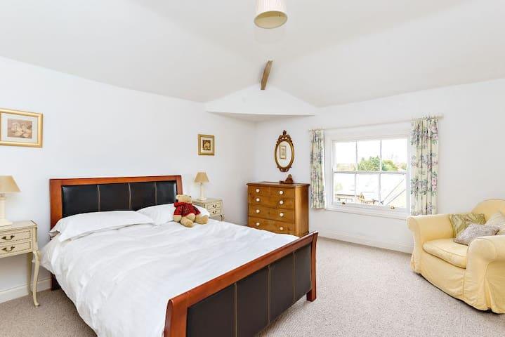 Large double room in Georgian home - Kirby Muxloe - Bed & Breakfast
