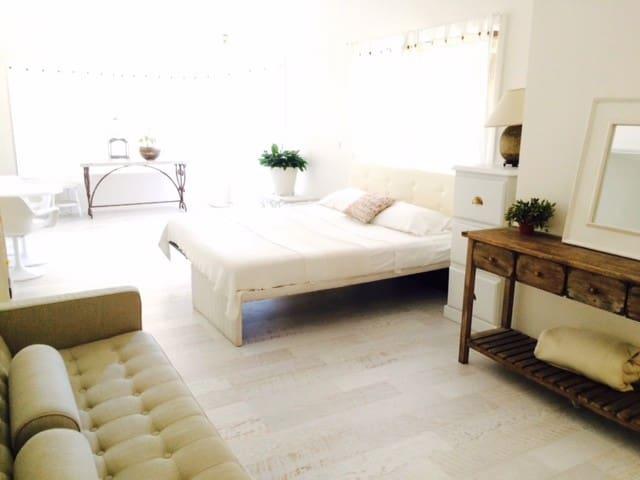 Light Modern Spacious Studio - King Bed/Own Bath