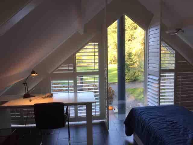 3e slaapkamer, riant uitzicht op de tuin met 2 eenpersoonsbedden en bureau