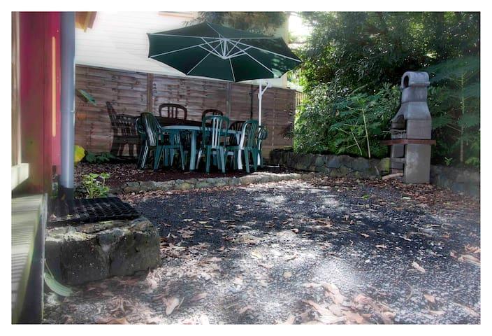 Parking et coin jardin privatifs avec barbecue.