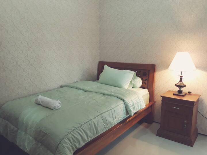 Nusa Indah Guest House single room 01