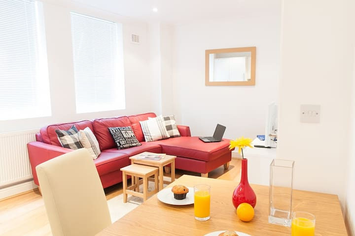 Central City 1 bed apartment close to Tower Hill (Savage Gdns)